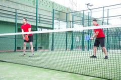 Amis jouant le tennis de palette d'équipe Photographie stock libre de droits