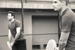 Amis jouant le tennis de palette d'équipe Photos libres de droits