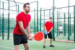 Amis jouant le tennis de palette d'équipe Photographie stock