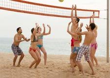 Amis jouant le volleyball à la plage Image libre de droits
