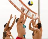 Amis jouant le volleyball à la plage Photo libre de droits