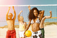 Amis jouant le volleyball de plage Photo stock