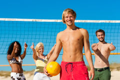 Amis jouant le volleyball de plage Photographie stock