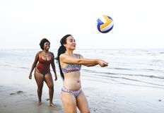 Amis jouant le volleyball sur la plage Photo libre de droits