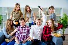 Amis jouant un jeu de console Photographie stock