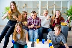 Amis jouant un jeu de console Image stock