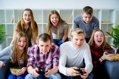 Amis jouant un jeu de console Image libre de droits
