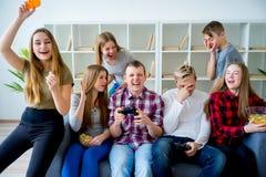 Amis jouant un xbox Photo stock