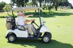 Amis jouants au golf conduisant dans leur boguet de golf Photographie stock libre de droits