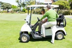 Amis jouants au golf heureux visant sur le boguet Image libre de droits