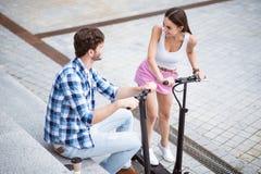 Amis joyeux à l'aide des scooters Photos libres de droits