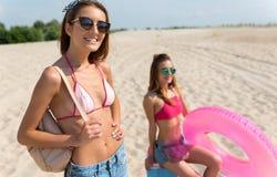 Amis joyeux ayant le repos sur la plage Photographie stock