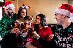 Amis joyeux buvant la bière et le cocktail Photographie stock libre de droits
