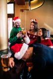 Amis joyeux buvant la bière et le cocktail Photo libre de droits