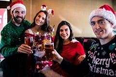 Amis joyeux buvant la bière et le cocktail Photo stock
