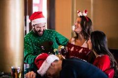 Amis joyeux buvant la bière et le cocktail Photographie stock