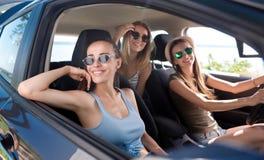 Amis joyeux conduisant une voiture Image libre de droits