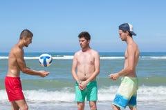 Amis joyeux jouant le volleyball Photo stock