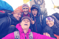 Amis joyeux, randonneurs prenant le selfie tout en voyageant dans le sauvage Photos stock
