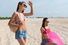 Amis joyeux se reposant sur la plage Photographie stock libre de droits