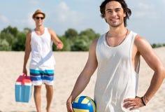 Amis joyeux se reposant sur la plage Images stock