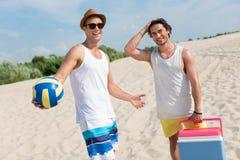 Amis joyeux se reposant sur la plage Photos libres de droits