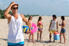 Amis joyeux se reposant sur la plage Image stock