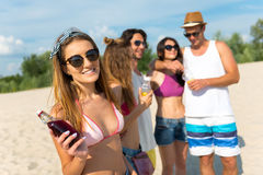 Amis joyeux se reposant sur la plage Photo libre de droits