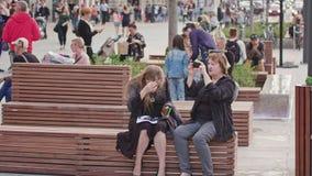 Amis lisant la carte de Lublin se reposant sur le banc Photo libre de droits