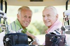 Amis mâles appréciant un jeu du golf Photos libres de droits