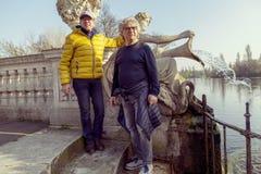 Amis mûrs d'hommes appréciant des vacances dans une ville moderne Photo libre de droits