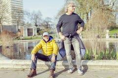 Amis mûrs d'hommes appréciant des vacances dans une ville moderne Photos libres de droits