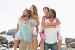 Amis magnifiques ayant l'amusement ensemble Image stock