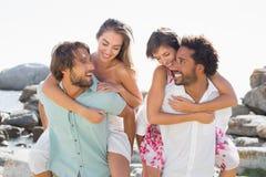 Amis magnifiques ayant l'amusement ensemble Image libre de droits
