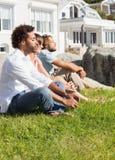 Amis magnifiques regardant à la mer Photographie stock