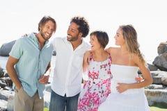 Amis magnifiques souriant à l'un l'autre Photo libre de droits
