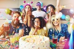 Amis maladroits célébrant un anniversaire Images libres de droits