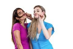 Amis malfaisants jouant avec des cheveux Images libres de droits