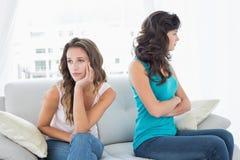Amis malheureux ne parlant pas après argument à la maison Images stock