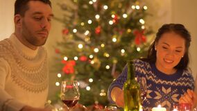 Amis mangeant à la maison le dîner de Noël banque de vidéos