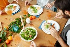 Amis mangeant à la table admirablement mise Photographie stock