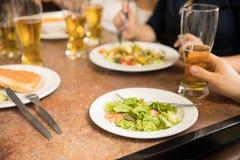 Amis mangeant à un restaurant Images libres de droits