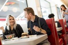 Amis mangeant dans le wagon-restaurant Image libre de droits