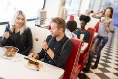 Amis mangeant dans le wagon-restaurant Photographie stock libre de droits