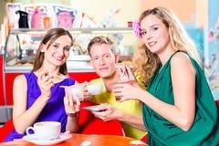 Amis mangeant de la glace en café Images libres de droits