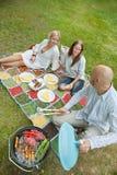 Amis mangeant de la nourriture à un pique-nique extérieur Photo libre de droits