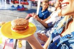 Amis mangeant de la nourriture ensemble dehors Photographie stock libre de droits