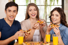 Amis mangeant de la pizza. Images stock