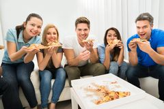 Amis mangeant de la pizza Images stock