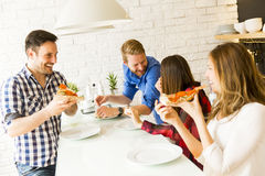 Amis mangeant de la pizza Photo libre de droits